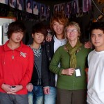 Hairdressing-Saloon_in_Downtown_China_10_with-Friends