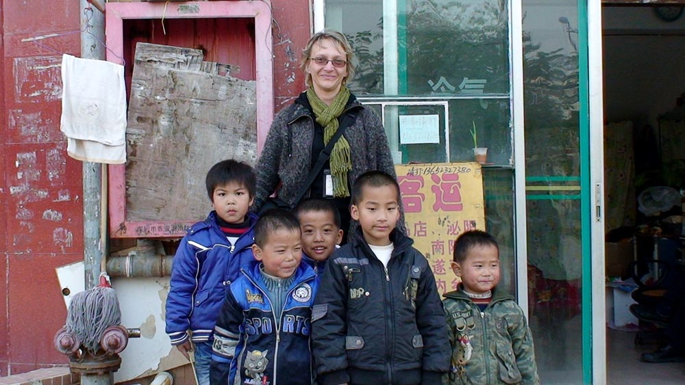 Roberta with wonderful Chinese children in 2011 in Guanlan